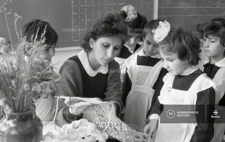Ուսուցչուհին իր աշակերտների հետ