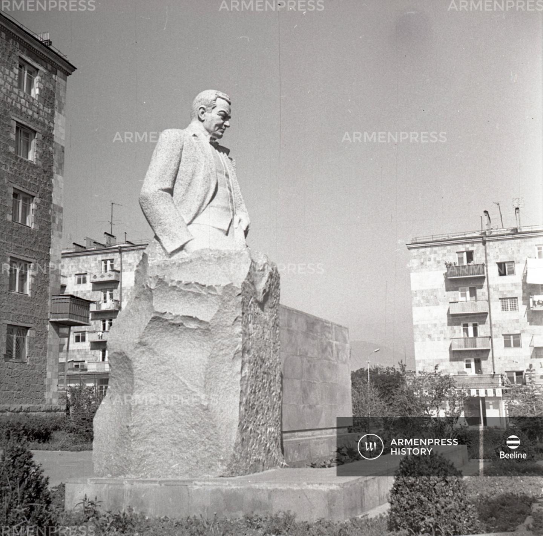 Հովհաննես Աբելյանի հուշարձանը Վանաձորում