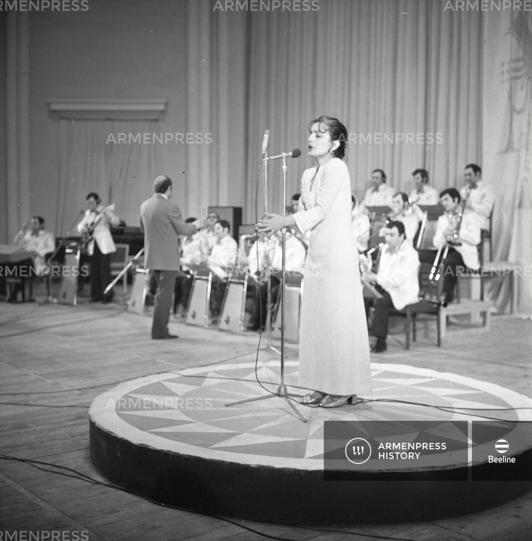 Երգչուհի Էլվինա Մակարյան