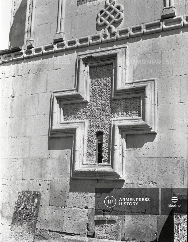 Եղվարդի Սբ.Աստվածածին եկեղեցու արտաքին պատի ռելիեֆային խաչը