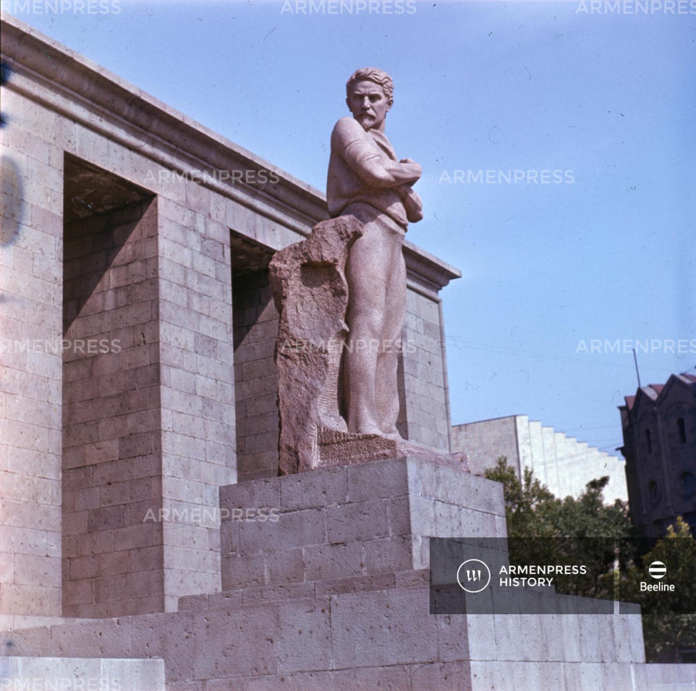 Ստեփան Շահումյանի հուշարձանը Երևանում