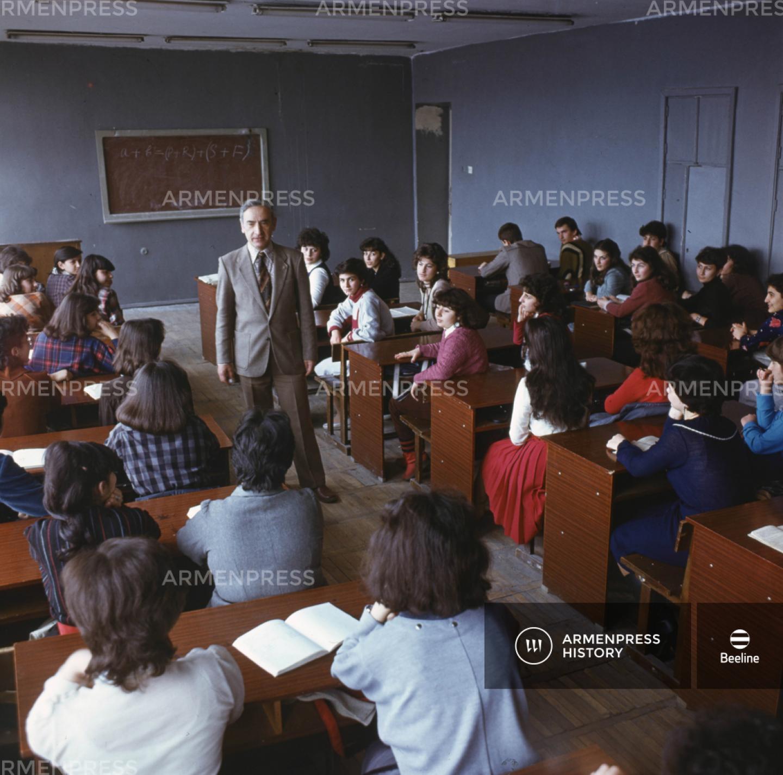Բրյուսովի անվան պետական լեզվաբանական ինստիտուտի ուսանողները դասաժամին